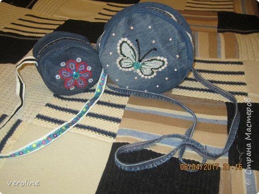 Приметила я зимой у замечательной Алфридии http://stranamasterov.ru/user/241639 потрясающие круглые сумочки из джинса http://stranamasterov.ru/node/1038127?c=favorite и поняла, что обязательно сошью себе и старшей дочке такие к весне-лету. И вот, что получилось. Косяччки есть, но незаметные. На первый раз я довольна))    фото 1