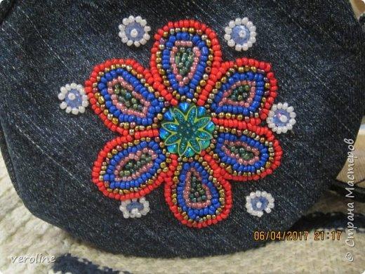 Приметила я зимой у замечательной Алфридии http://stranamasterov.ru/user/241639 потрясающие круглые сумочки из джинса http://stranamasterov.ru/node/1038127?c=favorite и поняла, что обязательно сошью себе и старшей дочке такие к весне-лету. И вот, что получилось. Косяччки есть, но незаметные. На первый раз я довольна))    фото 3