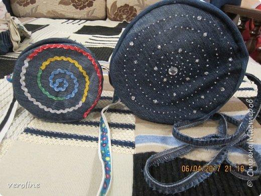 Приметила я зимой у замечательной Алфридии http://stranamasterov.ru/user/241639 потрясающие круглые сумочки из джинса http://stranamasterov.ru/node/1038127?c=favorite и поняла, что обязательно сошью себе и старшей дочке такие к весне-лету. И вот, что получилось. Косяччки есть, но незаметные. На первый раз я довольна))    фото 4
