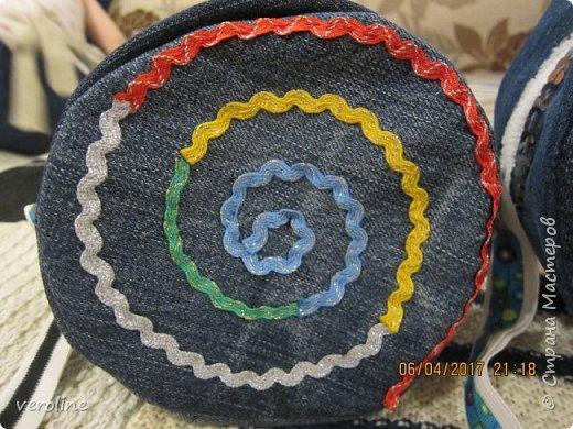 Приметила я зимой у замечательной Алфридии http://stranamasterov.ru/user/241639 потрясающие круглые сумочки из джинса http://stranamasterov.ru/node/1038127?c=favorite и поняла, что обязательно сошью себе и старшей дочке такие к весне-лету. И вот, что получилось. Косяччки есть, но незаметные. На первый раз я довольна))    фото 5