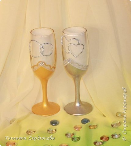 Доброго времени суток!   Есть такой красивый обычай – готовить на свадьбу две особенные бутылки, специально для новобрачных. Их не открывают и не пьют.  Одна из бутылок - «женихова», вторая – «невестова».  Пить свадебное игристое  можно только когда пара это «заслужит». Бутылку жениха выпивают на годовщину свадьбы, как символ терпения, выдержки и верности в молодой семье. Первый бокал должна выпить жена и только после этого пьют все остальные. Бутылку невесты выпивают на рождение первенца, пьют за новоиспеченных маму и папу (правда маме не предлагают его пробовать)  Ну собственно ради соблюдения этого обычая я и сваяла этот небольшой наборчик для друзей. Особых пожеланий молодые не высказали, поэтому сотворила, как захотела. Увиделся мне этот наборчик таким.  фото 4