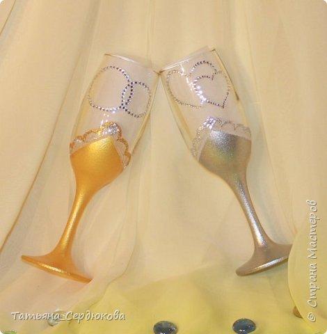 Доброго времени суток!   Есть такой красивый обычай – готовить на свадьбу две особенные бутылки, специально для новобрачных. Их не открывают и не пьют.  Одна из бутылок - «женихова», вторая – «невестова».  Пить свадебное игристое  можно только когда пара это «заслужит». Бутылку жениха выпивают на годовщину свадьбы, как символ терпения, выдержки и верности в молодой семье. Первый бокал должна выпить жена и только после этого пьют все остальные. Бутылку невесты выпивают на рождение первенца, пьют за новоиспеченных маму и папу (правда маме не предлагают его пробовать)  Ну собственно ради соблюдения этого обычая я и сваяла этот небольшой наборчик для друзей. Особых пожеланий молодые не высказали, поэтому сотворила, как захотела. Увиделся мне этот наборчик таким.  фото 3