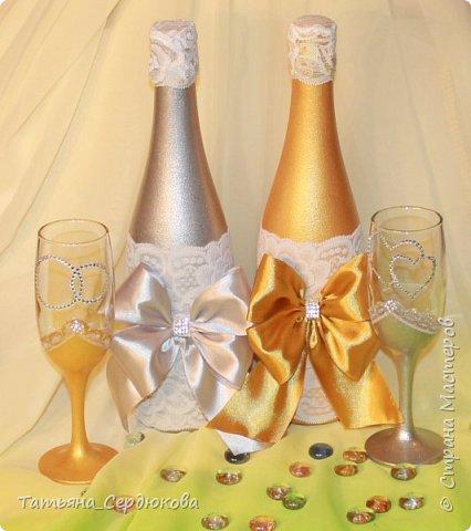 Доброго времени суток!   Есть такой красивый обычай – готовить на свадьбу две особенные бутылки, специально для новобрачных. Их не открывают и не пьют.  Одна из бутылок - «женихова», вторая – «невестова».  Пить свадебное игристое  можно только когда пара это «заслужит». Бутылку жениха выпивают на годовщину свадьбы, как символ терпения, выдержки и верности в молодой семье. Первый бокал должна выпить жена и только после этого пьют все остальные. Бутылку невесты выпивают на рождение первенца, пьют за новоиспеченных маму и папу (правда маме не предлагают его пробовать)  Ну собственно ради соблюдения этого обычая я и сваяла этот небольшой наборчик для друзей. Особых пожеланий молодые не высказали, поэтому сотворила, как захотела. Увиделся мне этот наборчик таким.  фото 1