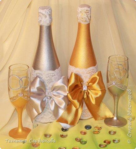 Доброго времени суток!   Есть такой красивый обычай – готовить на свадьбу две особенные бутылки, специально для новобрачных. Их не открывают и не пьют.  Одна из бутылок - «женихова», вторая – «невестова».  Пить свадебное игристое  можно только когда пара это «заслужит». Бутылку жениха выпивают на годовщину свадьбы, как символ терпения, выдержки и верности в молодой семье. Первый бокал должна выпить жена и только после этого пьют все остальные. Бутылку невесты выпивают на рождение первенца, пьют за новоиспеченных маму и папу (правда маме не предлагают его пробовать)  Ну собственно ради соблюдения этого обычая я и сваяла этот небольшой наборчик для друзей. Особых пожеланий молодые не высказали, поэтому сотворила, как захотела. Увиделся мне этот наборчик таким.  фото 5