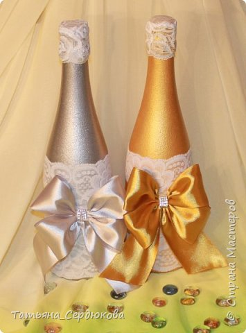 Доброго времени суток!   Есть такой красивый обычай – готовить на свадьбу две особенные бутылки, специально для новобрачных. Их не открывают и не пьют.  Одна из бутылок - «женихова», вторая – «невестова».  Пить свадебное игристое  можно только когда пара это «заслужит». Бутылку жениха выпивают на годовщину свадьбы, как символ терпения, выдержки и верности в молодой семье. Первый бокал должна выпить жена и только после этого пьют все остальные. Бутылку невесты выпивают на рождение первенца, пьют за новоиспеченных маму и папу (правда маме не предлагают его пробовать)  Ну собственно ради соблюдения этого обычая я и сваяла этот небольшой наборчик для друзей. Особых пожеланий молодые не высказали, поэтому сотворила, как захотела. Увиделся мне этот наборчик таким.  фото 2