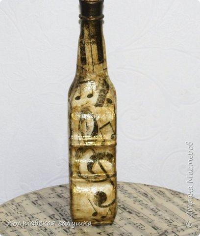 """Это снова я, теперь  с отчетом о подготовке к Пасхе.Опять сделала свои традиционные бутылки в подарки новым соседям, с которыми подружилась за год, под святую водичку. Ближе показывать нет смысла- все, как всегда-кружево, салфетки, календари, краска, лак, """"золото"""".. фото 6"""