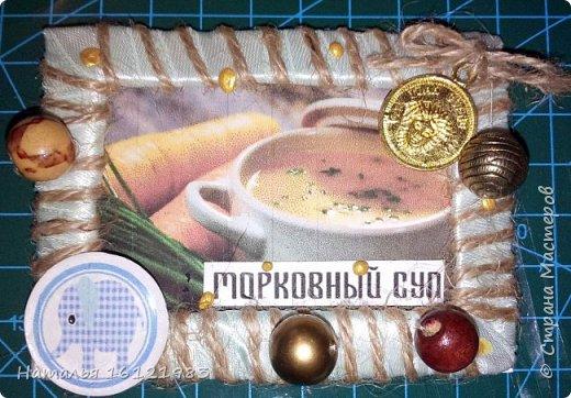 Данная серия создавалась для участников совместника-3, но одна из карточек может достаться гостю. Условия совместника здесь http://stranamasterov.ru/node/1090399#comment-14658461 Для создания данной серии использовала: почтовую коробку, ленту и тесьму, шпагат, шнур, бусины, пуговицы, монетки и топсы, которые сделала сама. фото 5