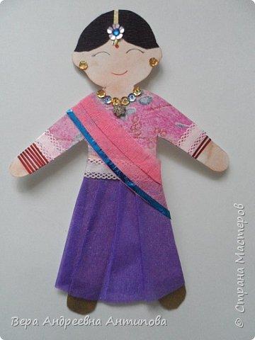 Добрый день! Вот и еще одна индианочка появилась на свет у нас с внучкой. Согласитесь, кукол много не бывает! Раз на фестивале будет много детей, значит надо и много кукол, так мы с Викой  решили, и решение свое выполняем. Наряд этой куколки называется гагра-чоли или лехенга-чоли,в таком наряде танцуют  народные танцы. Этот костюм является сочетанием лехенги, облегающего чоли и одхани . Лехенга — это форма длинной  юбки, которая имеет складки. Обычно лехенга украшена или имеет большие полосы внизу. Чоли — это кофточка, обычно скрытая, которая прилегает к телу и имеет короткие рукава и  глубокое декольте.   фото 1