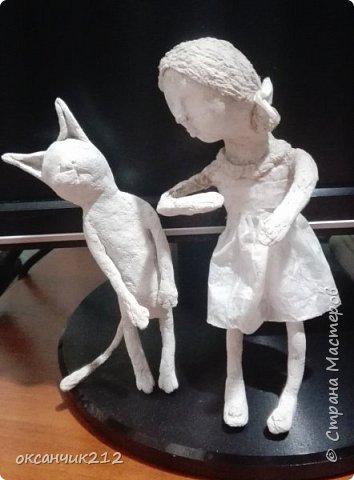 Всем огромный привет! Любителям кошек посвящается...и собственно кошкам, терпящим своих обожательниц! В том числе моей внучке и моей кошке. Хочу показать вам свою работу выполненную в технике папье-маше. Высота скульптурки вместе с постаментиком 15 см. фото 6