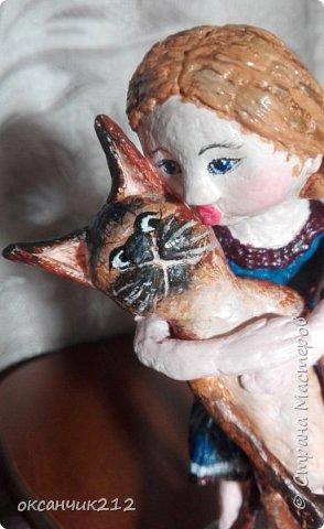 Всем огромный привет! Любителям кошек посвящается...и собственно кошкам, терпящим своих обожательниц! В том числе моей внучке и моей кошке. Хочу показать вам свою работу выполненную в технике папье-маше. Высота скульптурки вместе с постаментиком 15 см. фото 10