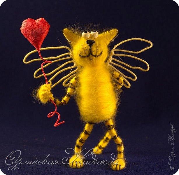 Здравствуйте дорогие мастера и мастерицы!  Сегодня я сделала шуточного кота-ангела из пробки, проволоки и пряжи. Идею вязанного кота увидела  у МАСТЕРА Елены, ник ЯМИ. Не знаю увидит ли она когда нибудь мою работу, но всё равно хочу поблагодарить её от всей души за идею.
