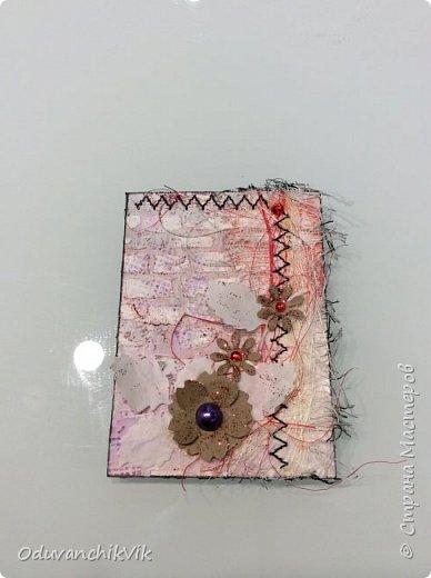"""Серия """"Весенняя радость"""". Для создания данной серии использовала:плотный картон, грунт, текстурная паста, сезаль, вырубку из крафт бумаги и кальки,глитер, кусочек марли, стразы, машинная строчка, акварель, штампы. фото 4"""