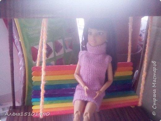 Всем привет. Моя дочка Лиличка давно просила сделать качельку для её маленьких куколок. Я решила сделать подобие садовых качелек, чтоб качаться могли и детки и взрослые. Так как Эля уехала отдыхать-мне помогала Лора. Я ей связала платье. фото 4