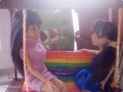 Всем привет. Моя дочка Лиличка давно просила сделать качельку для её маленьких куколок. Я решила сделать подобие садовых качелек, чтоб качаться могли и детки и взрослые. Так как Эля уехала отдыхать-мне помогала Лора. Я ей связала платье. фото 6