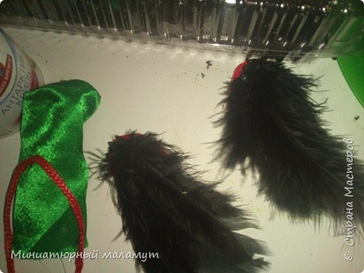 """Привет. Я сдаю вторую работу на конкурс """"Кукольная мода"""". На кукле- зелёное платье и чёрные крылья. фото 4"""