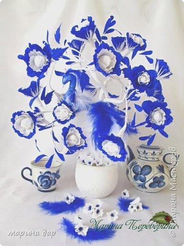 """Здравствуйте! Хочу представить Вам свою конкурсную работу и немного рассказать историю ее создания. Когда узнала о предстоящем конкурсе сразу загорелась идеей поучаствовать! Подготовка, поиски идей и легенд , комментарии все это так волнительно, так захватывает! Образ синей птицы у меня возник сразу! Эту работу я делала с душой и под впечатлением от перечитанной книги Морис Метерлинк """"Синяя птица"""". Все мы о чем-то мечтаем, что-то ищем, на что-то надеемся. Иногда мы не видим очевидного и ищем не там. Гоняемся за призрачным счастьем, а вот оно...совсем рядом...только присмотрись... Очень хотелось передать мое настроение в этой работе. Может быть не все получилось, но я безумно довольна результатом, я получила массу удовольствия начиная от подготовки к конкурсу и заканчивая его результатами. Спасибо большое тем людям, которые тратят свое время и собирают всех на такие праздники красоты и вдохновения!!! И еще хочется пожелать всем не терять надежду и веру в  то, что в обычной жизни, в серых буднях есть место для ЧУДА, СКАЗКИ и ПРАЗДНИКА! Пусть моя птичка послужит для кого-то вдохновением и обязательно принесет маленькую (или БОЛЬШУЮ) частичку удачи, счастья и надежды! фото 1"""