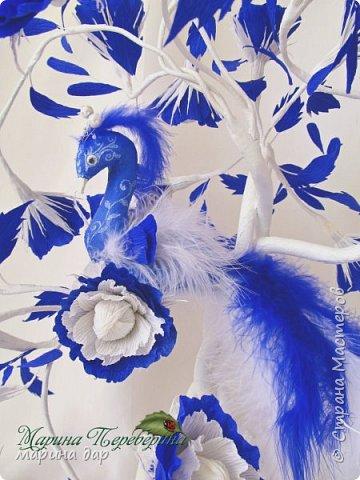 """Здравствуйте! Хочу представить Вам свою конкурсную работу и немного рассказать историю ее создания. Когда узнала о предстоящем конкурсе сразу загорелась идеей поучаствовать! Подготовка, поиски идей и легенд , комментарии все это так волнительно, так захватывает! Образ синей птицы у меня возник сразу! Эту работу я делала с душой и под впечатлением от перечитанной книги Морис Метерлинк """"Синяя птица"""". Все мы о чем-то мечтаем, что-то ищем, на что-то надеемся. Иногда мы не видим очевидного и ищем не там. Гоняемся за призрачным счастьем, а вот оно...совсем рядом...только присмотрись... Очень хотелось передать мое настроение в этой работе. Может быть не все получилось, но я безумно довольна результатом, я получила массу удовольствия начиная от подготовки к конкурсу и заканчивая его результатами. Спасибо большое тем людям, которые тратят свое время и собирают всех на такие праздники красоты и вдохновения!!! И еще хочется пожелать всем не терять надежду и веру в  то, что в обычной жизни, в серых буднях есть место для ЧУДА, СКАЗКИ и ПРАЗДНИКА! Пусть моя птичка послужит для кого-то вдохновением и обязательно принесет маленькую (или БОЛЬШУЮ) частичку удачи, счастья и надежды! фото 2"""