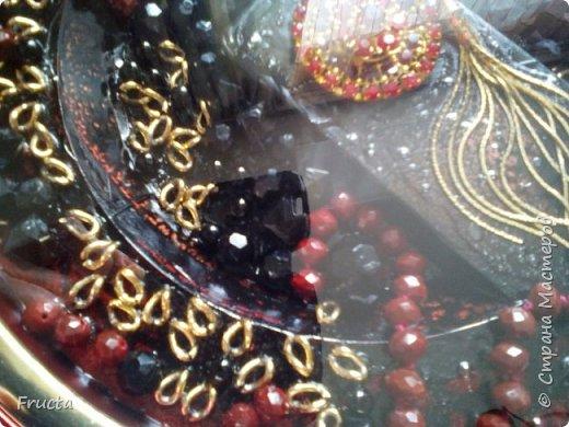 Сломанная брошь, звенья металлической цепочки, пластмассовые бусы черного и красного цвета.  фото 2