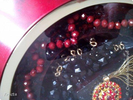 Сломанная брошь, звенья металлической цепочки, пластмассовые бусы черного и красного цвета.  фото 3