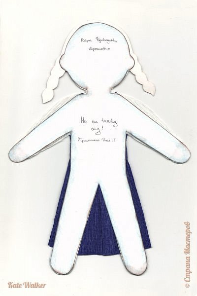 Все дети планеты читают замечательные книги шведской писательницы Астрид Линдгрен. Я тоже очень люблю ее истории, поэтому сделала девочку в шведском национальном костюме.  Костюм представляет собой юбку и лиф, сшитые из синей шерсти (есть вариант с лифом красного цвета). К юбке надевают передник из желтой ткани. Сочетание синего и желтого символизирует флаг Швеции. Лиф костюма украшает вышивка. фото 2