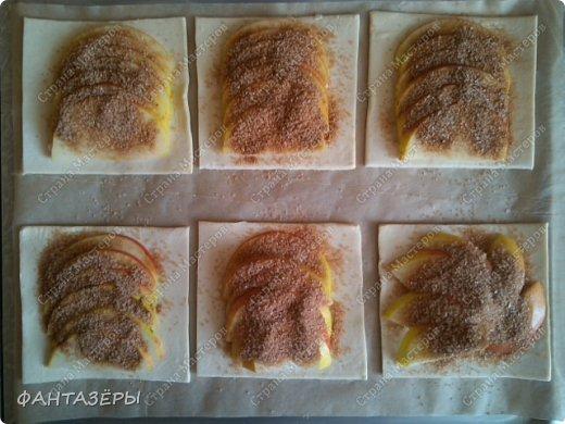 Всем привет! Хочу показать вам десерт, который готовится на скорую руку, как говорится, когда гости на пороге. С недавнего времени в морозилке держу слоеное тесто. фото 8