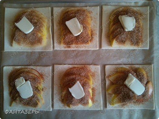 Всем привет! Хочу показать вам десерт, который готовится на скорую руку, как говорится, когда гости на пороге. С недавнего времени в морозилке держу слоеное тесто. фото 10