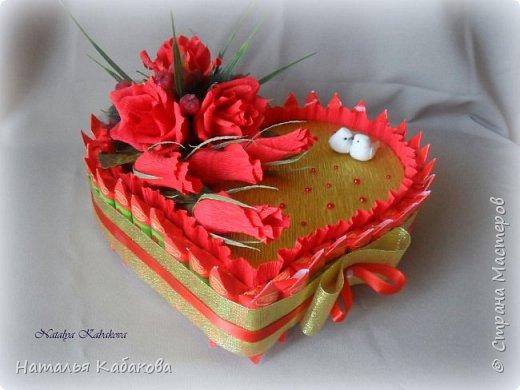 Здравствуйте, дорогие жители и гости этой удивительной страны. Сегодня хочу представить на ваш суд вот такой тортик из конфет. Сделан был по случаю годовщины свадьбы двух замечательных людей. фото 1