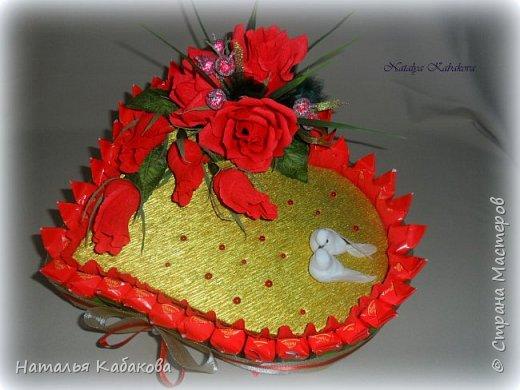 Здравствуйте, дорогие жители и гости этой удивительной страны. Сегодня хочу представить на ваш суд вот такой тортик из конфет. Сделан был по случаю годовщины свадьбы двух замечательных людей. фото 3