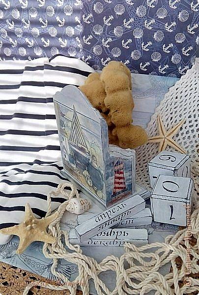 Добрый вечер и доброй ночи, дорогие соседи, жители Страны Мастеров! После холодной зимы я как-то быстро насладилась весной и окунулась сразу в море и лето, образно, конечно, пока... В продолжение предыдущего поста, http://www.stranamasterov.ru/node/1090349, представляю вашему вниманию очередную часть своих работ, сделанных на заказ мужа.  Морская тема, как известно, моя самая любимая. Этот стиль мне очень нравится, а уж на море я могу смотреть часами, дышать его ароматом и чувствовать как легкий бриз щекочет лицо и шепчит что-то на ухо волна. Море - неразгаданная тайна...  Переходим к просмотру. Фотографий много. Здесь я вволю наигралась, делая фотосессию и подбирая антураж.  Вечный календарь.  фото 9