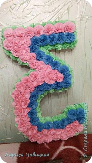 Моей внучке исполнилось 3 года. Сделала ей вот такую цифру,радости не было предела! На вкус попробовала,пару цветочков оторвала,потоптала,полежала,пофотографировалась,короче,цифра использована по полной! фото 2