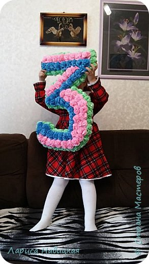 Моей внучке исполнилось 3 года. Сделала ей вот такую цифру,радости не было предела! На вкус попробовала,пару цветочков оторвала,потоптала,полежала,пофотографировалась,короче,цифра использована по полной! фото 4