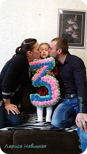 Моей внучке исполнилось 3 года. Сделала ей вот такую цифру,радости не было предела! На вкус попробовала,пару цветочков оторвала,потоптала,полежала,пофотографировалась,короче,цифра использована по полной! фото 5