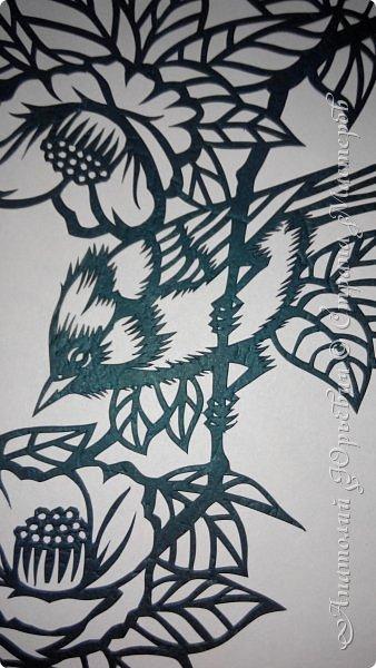 """Всем добрый день! Пришла весна и """"прилетела первая птичка"""".( Yuhina occipitalis - Рыжебрюхая Юхина.-род воробьиных птиц из семейства тимелиевые. Естественная среда обитания — равнинные и горные влажные леса умеренной, тропической и субтропической зон Юго-Восточной Азии).   -Эскиз для """"вырезалки"""" выполнен, изменён и доработан по цветной работе китайского художника Zeng Xiao Lian.  Размер - 12х16см. фото 5"""