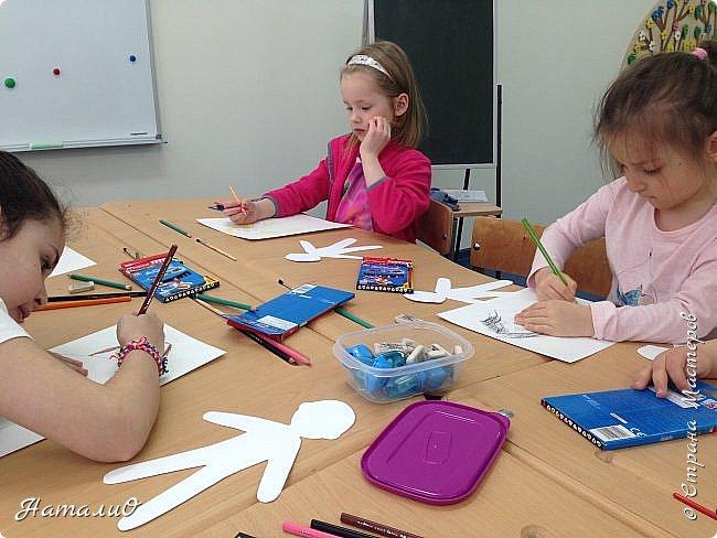 Здравствуйте, жители Страны Мастеров! Вот и мы с нашими дошколятами решили встать дружно в хоровод! Принимайте наши работы.  Куколки выполнены цветными акварельными карандашами. Работы выполняли дети 4-6 лет. Все куколки - это современные дети, некоторые рисовали автопортрет. фото 8