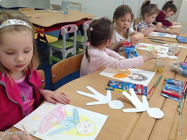 Здравствуйте, жители Страны Мастеров! Вот и мы с нашими дошколятами решили встать дружно в хоровод! Принимайте наши работы.  Куколки выполнены цветными акварельными карандашами. Работы выполняли дети 4-6 лет. Все куколки - это современные дети, некоторые рисовали автопортрет. фото 10