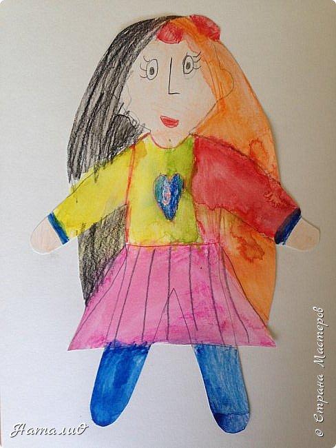 Здравствуйте, жители Страны Мастеров! Вот и мы с нашими дошколятами решили встать дружно в хоровод! Принимайте наши работы.  Куколки выполнены цветными акварельными карандашами. Работы выполняли дети 4-6 лет. Все куколки - это современные дети, некоторые рисовали автопортрет. фото 2