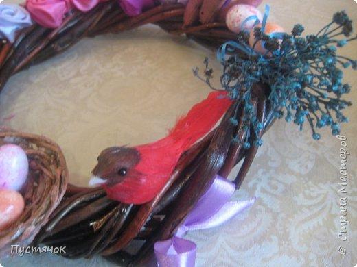 Здравствуйте всем ! В прошлый раз я похвалилась интерьерными пасхальными венками. Сегодня показываю (ну и хвалюсь конечно) пасхальные венки под куличи, которые можно использовать для декора праздничного стола. Венки плела под средний размер пасхи.  Ещё внутрь можно поставить просто тарелочку с яйцами или сладостями, а можно и красиво расположить свечи.... Цветовая гамма самая разнообразная. В этом сезоне наиболее востребованными были венки в сине-голубых тонах и желто-зеленых. фото 65