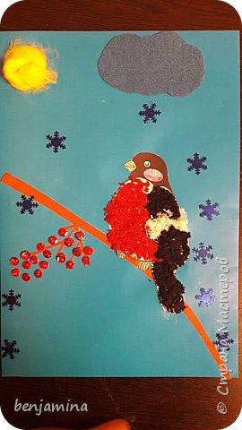 Для нашей картины мы использовали: Солнце: шерсть Облако-фетр Снежинки-пайетки  Рябина-пластилин+пайетки Снегирь шаблон- нитки мулине(мелко нарезанные)+клей
