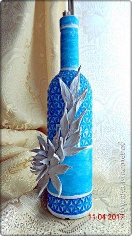 """Почему """"Хвост  дракона""""? Муж увидел и спросил то что за хвост дракона? Я подумала а почему бы и нет. Хотя первоначально я делала хризантему ))) Рисунок это рельеф на бутылке я только подчеркнула объём краской А хвост или цветок из яичных лотков и выкрашен белым фото 3"""