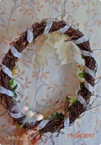 Вот и пасха скоро и решила я сделать веночек в подарок. Ветки берёзы наломала подлиннее см по 30-50 В кипятке отпарила, просушила и сплела веночек, проволокой закрепила  и всяким разным украсила. фото 2