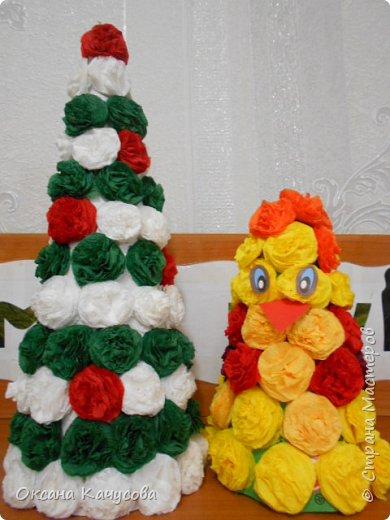 Детям очень нравиться делать цветы из салфеток из которых потом получается такая красота.