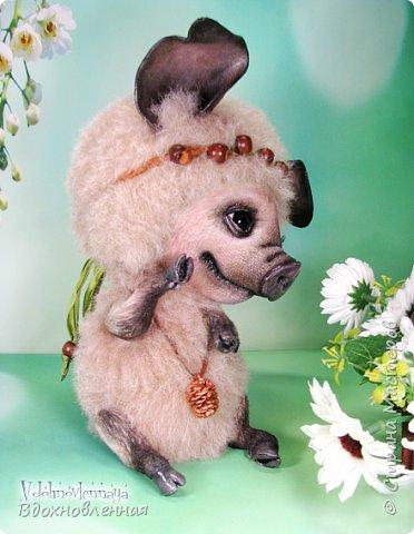 Дорогие друзья, я очень рада, представить Вашему вниманию, мое новое творение, уникальное и единственное в своем роде - Лесная фея Авигея из рода лесных  кабанчиков. Лесная фея Авигея живет в лесу и  оберегает все живое: от крошечного семени маленького цветка, до гармонии целого леса. Она такая нежная и ранимая! От нее исходит энергия добра и позитива. Авигея  радуется, когда звучит красивая мелодия,  когда ветер колышет травы на лугу. Ее сокровища - это дары живой природы. Конечно, фея должна иметь особое украшение, наполненное магической силой. И у Авигея есть волшебный кулон. Это настоящая шишечка хмеля, покрытая тонким слоем меди.  Авигея необыкновенная по своему воплощению. В ней сочетаются новые техники, которые придуманы и разработаны мною.  Обратите внимание на копыта: каждое копыто сделано из натуральной кожи. Учитывая размеры копыт, это была очень долгая и кропотливая работа: от разрабатывания лекала копыт, до последнего штриха.  Так же, у моей новой лесной феи, есть очень милый и натуралистичный пятачок, выполненный из натуральной кожи по моей авторской методике. У пяточка есть настоящие ноздри.  Уши у кабанчика армированы и сделаны из натуральной кожи. Хвост так же, сделан из кожи и армирован проволокой.  Соединения ног  выполнено на т-образных шплинтах. Голова качается, благодаря о-образным шплинтовым соединениям. Благодаря этому, Авигея может принимать интересные и реалистичные позы и качать головой, когда я беру ее на руки. Авигея сшита полностью вручную из нежной альпаки и вискозы. Утяжелена стальным гранулятом. фото 2