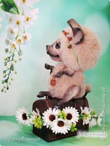 Дорогие друзья, я очень рада, представить Вашему вниманию, мое новое творение, уникальное и единственное в своем роде - Лесная фея Авигея из рода лесных  кабанчиков. Лесная фея Авигея живет в лесу и  оберегает все живое: от крошечного семени маленького цветка, до гармонии целого леса. Она такая нежная и ранимая! От нее исходит энергия добра и позитива. Авигея  радуется, когда звучит красивая мелодия,  когда ветер колышет травы на лугу. Ее сокровища - это дары живой природы. Конечно, фея должна иметь особое украшение, наполненное магической силой. И у Авигея есть волшебный кулон. Это настоящая шишечка хмеля, покрытая тонким слоем меди.  Авигея необыкновенная по своему воплощению. В ней сочетаются новые техники, которые придуманы и разработаны мною.  Обратите внимание на копыта: каждое копыто сделано из натуральной кожи. Учитывая размеры копыт, это была очень долгая и кропотливая работа: от разрабатывания лекала копыт, до последнего штриха.  Так же, у моей новой лесной феи, есть очень милый и натуралистичный пятачок, выполненный из натуральной кожи по моей авторской методике. У пяточка есть настоящие ноздри.  Уши у кабанчика армированы и сделаны из натуральной кожи. Хвост так же, сделан из кожи и армирован проволокой.  Соединения ног  выполнено на т-образных шплинтах. Голова качается, благодаря о-образным шплинтовым соединениям. Благодаря этому, Авигея может принимать интересные и реалистичные позы и качать головой, когда я беру ее на руки. Авигея сшита полностью вручную из нежной альпаки и вискозы. Утяжелена стальным гранулятом. фото 9