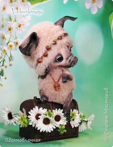 Дорогие друзья, я очень рада, представить Вашему вниманию, мое новое творение, уникальное и единственное в своем роде - Лесная фея Авигея из рода лесных  кабанчиков. Лесная фея Авигея живет в лесу и  оберегает все живое: от крошечного семени маленького цветка, до гармонии целого леса. Она такая нежная и ранимая! От нее исходит энергия добра и позитива. Авигея  радуется, когда звучит красивая мелодия,  когда ветер колышет травы на лугу. Ее сокровища - это дары живой природы. Конечно, фея должна иметь особое украшение, наполненное магической силой. И у Авигея есть волшебный кулон. Это настоящая шишечка хмеля, покрытая тонким слоем меди.  Авигея необыкновенная по своему воплощению. В ней сочетаются новые техники, которые придуманы и разработаны мною.  Обратите внимание на копыта: каждое копыто сделано из натуральной кожи. Учитывая размеры копыт, это была очень долгая и кропотливая работа: от разрабатывания лекала копыт, до последнего штриха.  Так же, у моей новой лесной феи, есть очень милый и натуралистичный пятачок, выполненный из натуральной кожи по моей авторской методике. У пяточка есть настоящие ноздри.  Уши у кабанчика армированы и сделаны из натуральной кожи. Хвост так же, сделан из кожи и армирован проволокой.  Соединения ног  выполнено на т-образных шплинтах. Голова качается, благодаря о-образным шплинтовым соединениям. Благодаря этому, Авигея может принимать интересные и реалистичные позы и качать головой, когда я беру ее на руки. Авигея сшита полностью вручную из нежной альпаки и вискозы. Утяжелена стальным гранулятом. фото 11