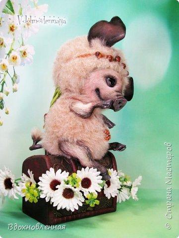 Дорогие друзья, я очень рада, представить Вашему вниманию, мое новое творение, уникальное и единственное в своем роде - Лесная фея Авигея из рода лесных  кабанчиков. Лесная фея Авигея живет в лесу и  оберегает все живое: от крошечного семени маленького цветка, до гармонии целого леса. Она такая нежная и ранимая! От нее исходит энергия добра и позитива. Авигея  радуется, когда звучит красивая мелодия,  когда ветер колышет травы на лугу. Ее сокровища - это дары живой природы. Конечно, фея должна иметь особое украшение, наполненное магической силой. И у Авигея есть волшебный кулон. Это настоящая шишечка хмеля, покрытая тонким слоем меди.  Авигея необыкновенная по своему воплощению. В ней сочетаются новые техники, которые придуманы и разработаны мною.  Обратите внимание на копыта: каждое копыто сделано из натуральной кожи. Учитывая размеры копыт, это была очень долгая и кропотливая работа: от разрабатывания лекала копыт, до последнего штриха.  Так же, у моей новой лесной феи, есть очень милый и натуралистичный пятачок, выполненный из натуральной кожи по моей авторской методике. У пяточка есть настоящие ноздри.  Уши у кабанчика армированы и сделаны из натуральной кожи. Хвост так же, сделан из кожи и армирован проволокой.  Соединения ног  выполнено на т-образных шплинтах. Голова качается, благодаря о-образным шплинтовым соединениям. Благодаря этому, Авигея может принимать интересные и реалистичные позы и качать головой, когда я беру ее на руки. Авигея сшита полностью вручную из нежной альпаки и вискозы. Утяжелена стальным гранулятом. фото 12