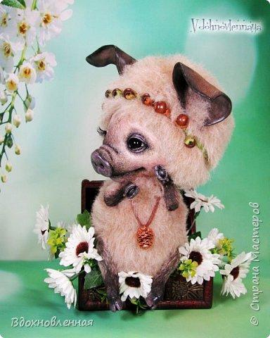 Дорогие друзья, я очень рада, представить Вашему вниманию, мое новое творение, уникальное и единственное в своем роде - Лесная фея Авигея из рода лесных  кабанчиков. Лесная фея Авигея живет в лесу и  оберегает все живое: от крошечного семени маленького цветка, до гармонии целого леса. Она такая нежная и ранимая! От нее исходит энергия добра и позитива. Авигея  радуется, когда звучит красивая мелодия,  когда ветер колышет травы на лугу. Ее сокровища - это дары живой природы. Конечно, фея должна иметь особое украшение, наполненное магической силой. И у Авигея есть волшебный кулон. Это настоящая шишечка хмеля, покрытая тонким слоем меди.  Авигея необыкновенная по своему воплощению. В ней сочетаются новые техники, которые придуманы и разработаны мною.  Обратите внимание на копыта: каждое копыто сделано из натуральной кожи. Учитывая размеры копыт, это была очень долгая и кропотливая работа: от разрабатывания лекала копыт, до последнего штриха.  Так же, у моей новой лесной феи, есть очень милый и натуралистичный пятачок, выполненный из натуральной кожи по моей авторской методике. У пяточка есть настоящие ноздри.  Уши у кабанчика армированы и сделаны из натуральной кожи. Хвост так же, сделан из кожи и армирован проволокой.  Соединения ног  выполнено на т-образных шплинтах. Голова качается, благодаря о-образным шплинтовым соединениям. Благодаря этому, Авигея может принимать интересные и реалистичные позы и качать головой, когда я беру ее на руки. Авигея сшита полностью вручную из нежной альпаки и вискозы. Утяжелена стальным гранулятом. фото 1