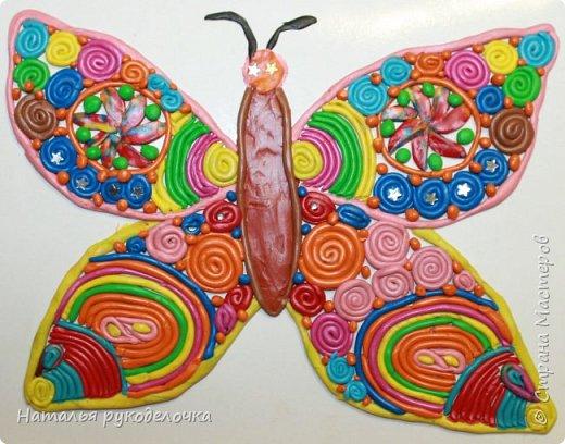 Добрый день, Страна Мастеров!  Сделали с дочкой вот такую бабочку из пластилина.  Дочке 6 лет, эту работу она начала делать на художественном кружке, но не успела её там доделать, поэтому продолжили её делать дома. Она крутила тоненькие колбаски из пластилина,и из них делала скрученные кружочки, потом ручки устали и я ей стала помогать. Работа очень кропотливая, так как много мелких деталей. Бабочку дочка выкладывала на белый глянцевый картон, он сложен в виде открытки (то есть пополам). Глазки - звёздочки, и на синих кружочках тоже приклеены мелкие звёздочки. фото 1