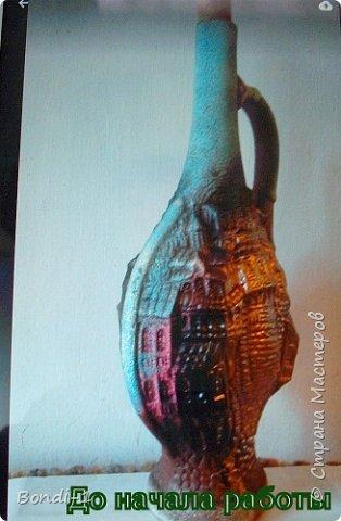 Вот такой кувшинчик у меня сотворился из керамической бутылки. Кроме горлышка, у этой бутылки не было ни одного ровного места, на котором можно было бы что-то изобразить. Поэтому решила сделать очень просто - оставить с двух сторон окошки-медальоны с наиболее красивыми (и целыми) участками керамики и покрыть их золотистым металликом.  Получилось очень даже неплохо... сразу же пришло на ум и название работы)))   Жаль только, что на фото металлик-спрей дает такие блики, что трудно даже разобрать, где крыши, а где окна)))  Пробка была очень простая, верхнюю часть для объема обмотала полоской кожи, приклеила косичку по окружности. Получилось что-то вроде чалмы))) фото 4