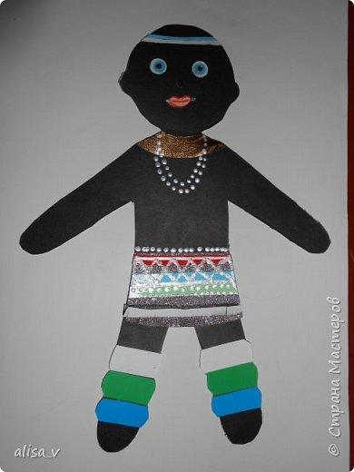Мальчик из африканского племени Ндебеле. Представители этого племени любят яркие краски в своих нарядах, в покраске домов и изготовлении украшений и народных кукол. фото 1