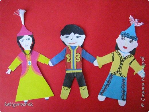 Решили принять участие в виртуальном хороводе. Вот наши куклы. Ребята на них не писали пожеланий. Больше захотелось нарядить кукол с двух сторон. фото 1